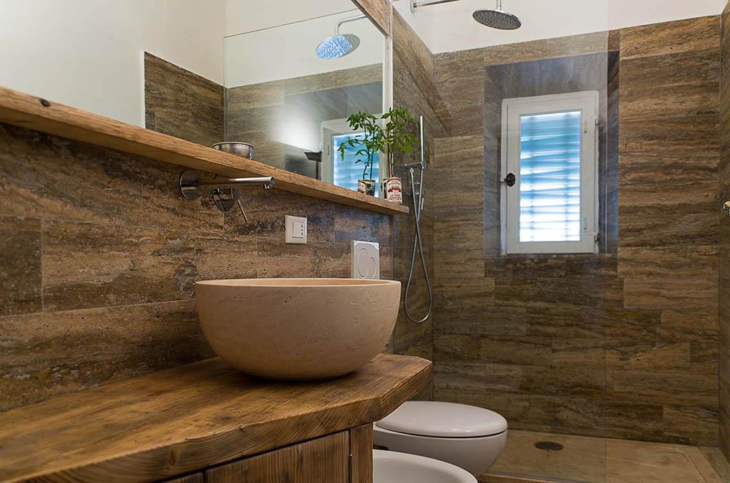 Come scegliere l arredo del bagno tel 06 92949024 - Bagno con rivestimento in pietra ...